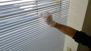 手袋を使ったブラインド掃除