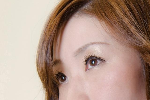 目の下のたるみを解消する化粧品と美顔器!エクササイズは逆効果?