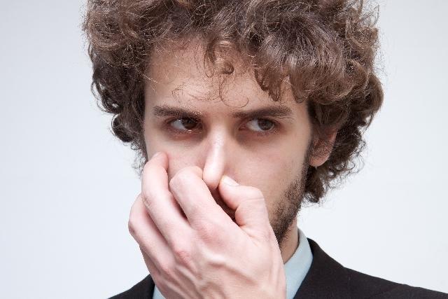頭皮の臭いには専用シャンプー&スプレーで長期&短期の対策を!